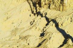 Sandbakgrund och skuggor royaltyfria bilder