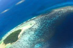 Sandbank i den obebodda ön för Shaviyani atoll Arkivfoto