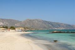 Sandbeach com a Creta de Elafonisi dos povos Imagem de Stock