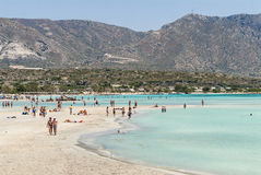 Sandbeach com os povos na Creta de Elafonisi Imagem de Stock Royalty Free