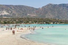 Sandbeach con la gente en Elafonisi Creta imagen de archivo libre de regalías