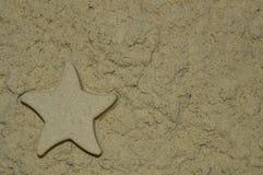 Sandbeschaffenheit mit einem Stern gemacht vom Sand stockfotografie