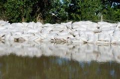 Sandbeutel und Flutwasser Lizenzfreies Stockfoto