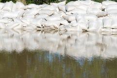 Sandbeutel und Flutwasser lizenzfreie stockfotografie