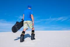 Sandboarder jazda w pustyni Zdjęcie Stock
