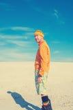 Sandboarder jest relaksujący na tle niebieskie niebo Obrazy Royalty Free
