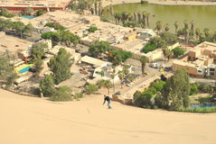 Sandboarding aan stad Stock Foto