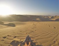 SandBoarding an der Wüste lizenzfreies stockbild