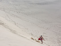 Sandboarding nas dunas Foto de Stock Royalty Free
