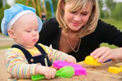 sandbox μητέρων παιδιών Στοκ φωτογραφία με δικαίωμα ελεύθερης χρήσης