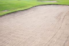 Sandbunker och grönt gräs Fotografering för Bildbyråer