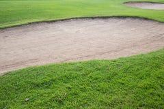 Sandbunker und grünes Gras Lizenzfreie Stockbilder