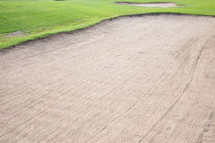 Sandbunker und grünes Gras Stockbild