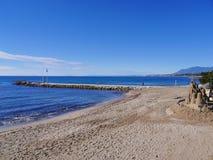 Sandburg auf dem ruhigen Strand im November in Marbella Andalusien Spanien Lizenzfreie Stockfotografie