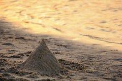 Sandburg auf dem Strand Stockbilder