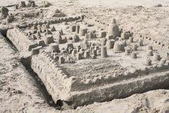 Sandburg auf dem Strand Lizenzfreie Stockfotos