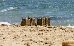 Sandburg auf dem Strand, Ferienkonzept lizenzfreies stockbild