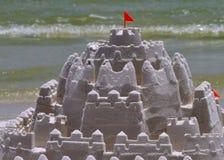 Sandburg auf Strand Lizenzfreie Stockbilder