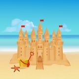 Sandburg auf tropischem Strand Blaues Meer, Himmel u Stockfoto