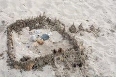 Sandburg mit Steinen Stockbild