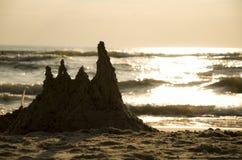 Sandburg nahe dem Meer Stockbild
