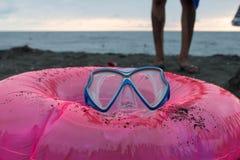 Sandburg, schwimmende Gläser und sich hin- und herbewegender Ring auf Strand Lizenzfreies Stockbild
