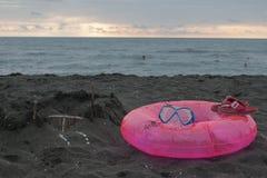 Sandburg, schwimmende Gläser und sich hin- und herbewegender Ring auf Strand kleines Auto auf Dublin-Stadtkarte Stockfoto
