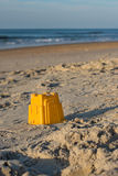 Sandburgspielzeug eines Kindes steht auf dem Strand still Lizenzfreies Stockbild