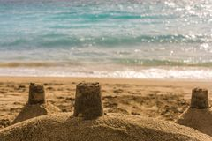 Sandcastle σε μια παραλία στην ηλιοφάνεια με τη θάλασσα στο υπόβαθρο και τον ανοιχτό χώρο στοκ φωτογραφία