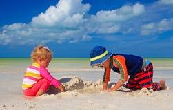 Sandcastle здания девушки мальчика и малыша дальше Стоковое Изображение RF