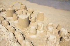 Sandcastle на песчаном пляже Стоковые Фотографии RF