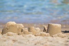 Sandcastle на песчаном пляже Стоковое Изображение RF
