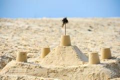 Sandcastle с стеной и башни на пляже Стоковое Фото