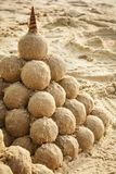 Sandcastle с seashell на пляже Стоковое фото RF