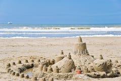 Sandcastle auf dem Strand Lizenzfreie Stockbilder
