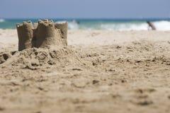 Sandcastle auf dem Strand Lizenzfreies Stockbild