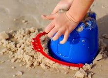 Sandcastle della costruzione del bambino Immagine Stock Libera da Diritti