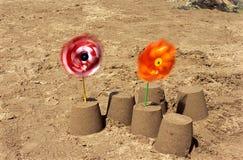 Sandcastle e mulino a vento. immagine stock