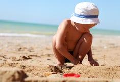 Sandcastle Gebäude des kleinen Jungen Stockfotografie