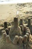 Sandcastle mit einer weißen Flagge Stockfoto