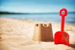 Sandcastle na morzu w lecie obrazy stock
