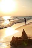 Sandcastle na plaży przy zmierzchem obraz stock