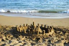 Sandcastle und das Meer Lizenzfreies Stockbild