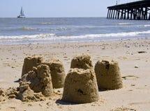 Sandcastles su una spiaggia britannica Immagini Stock Libere da Diritti
