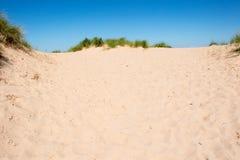 Sanddüne und blauer Himmel Lizenzfreies Stockfoto