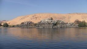 Sanddüne und Felsen auf der Bank des Flusses Nil in Ägypten stock video