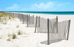 Sanddüne-Zaun auf hübschem Strand lizenzfreies stockfoto