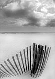 Sanddüne-Zaun auf Strand lizenzfreie stockfotos