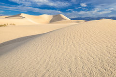 Sanddünen über Sonnenaufganghimmel in Death Valley Stockbild
