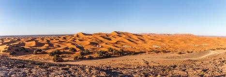 Sanddünen an Erg Chebbi-Panorama stockfotos